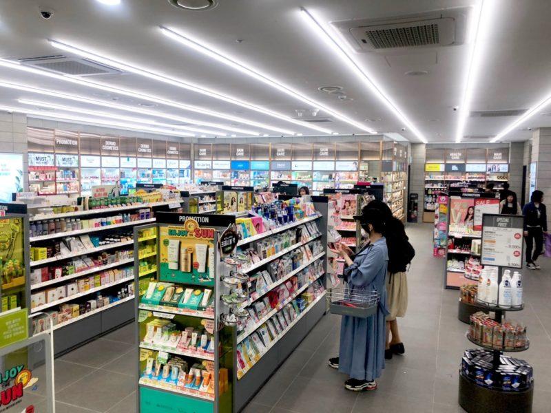Miehet ostavat kosmetiikkaa Ostolakossa