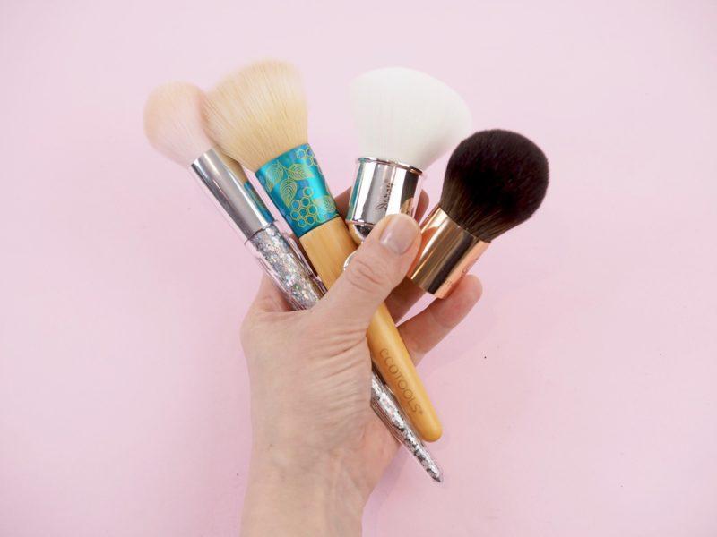 Ostolakossa kaikki meikkisiveltimet
