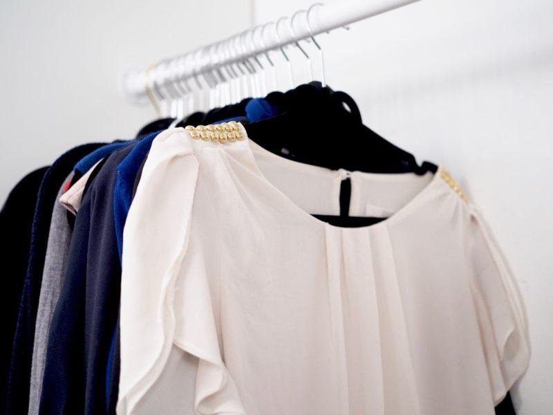 Ostolakossa minimalistinen pukeutuminen kapselivaatekaappi
