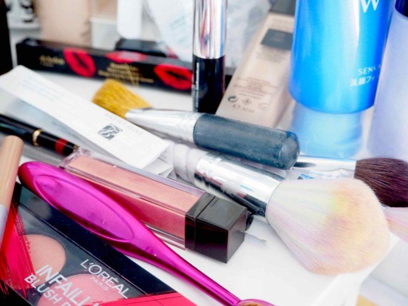Ostolakossa sotkuinen meikkipöytä
