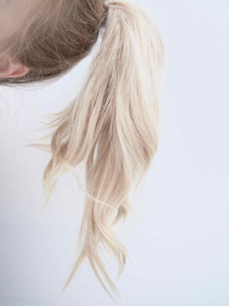 Ostolakossa vaaleat hiukset