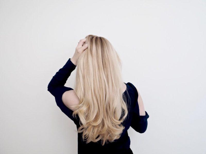 Ostolakossa Virve Vee pitkät hiukset